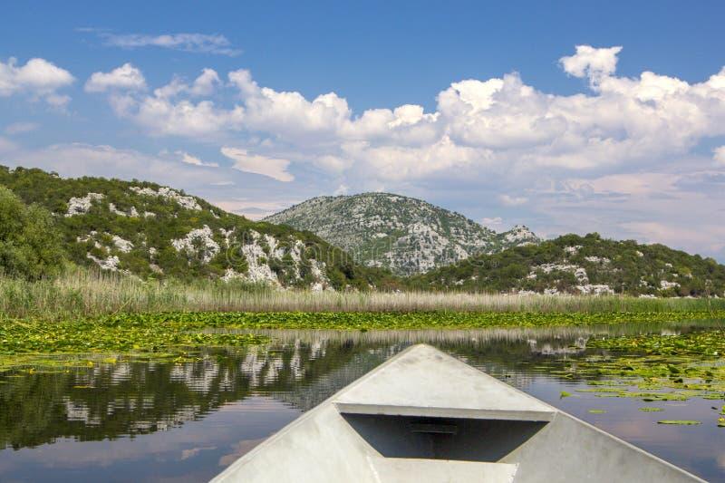 Γύρος βαρκών κατά μήκος της λίμνης Skadar lakeat στοκ φωτογραφία