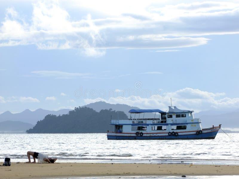 Γύρος βαρκών που επιπλέει στη θάλασσα στοκ εικόνα