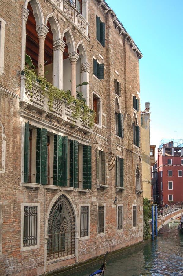Γύρος γονδολών: κανάλι, παλάτια, βάρκες και παλαιά σπίτια τούβλου στη Βενετία, Ιταλία, Ευρώπη στοκ φωτογραφίες