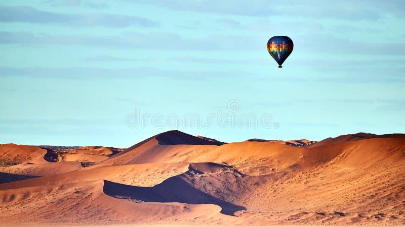 Γύρος μπαλονιών ζεστού αέρα στην έρημο στοκ εικόνα