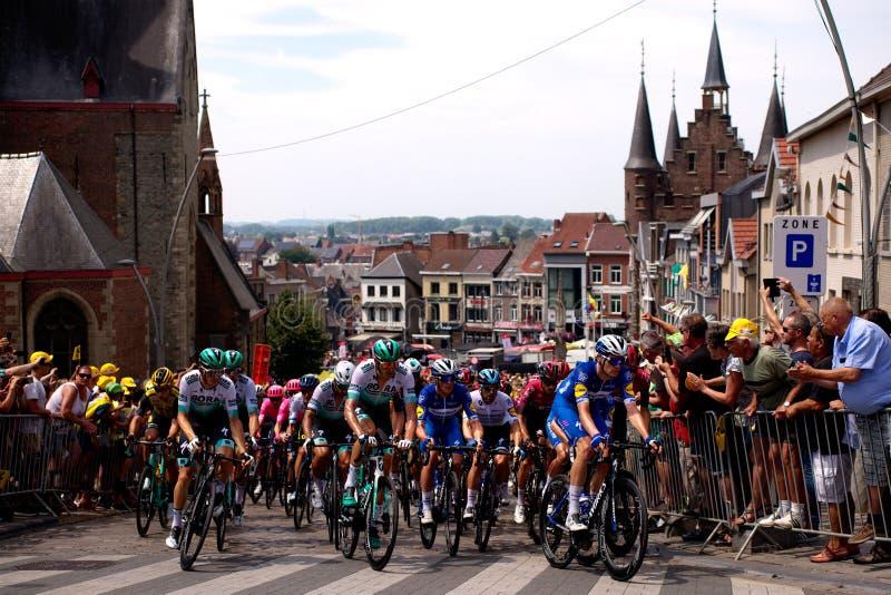 Γύρος de Γαλλία 2019: Στάδιο 1 στο Βέλγιο Αναβάτες του deceuninck-γρήγορων βήματος, INEOS και των ομάδων Bora-bora-hansgrohe στοκ εικόνες
