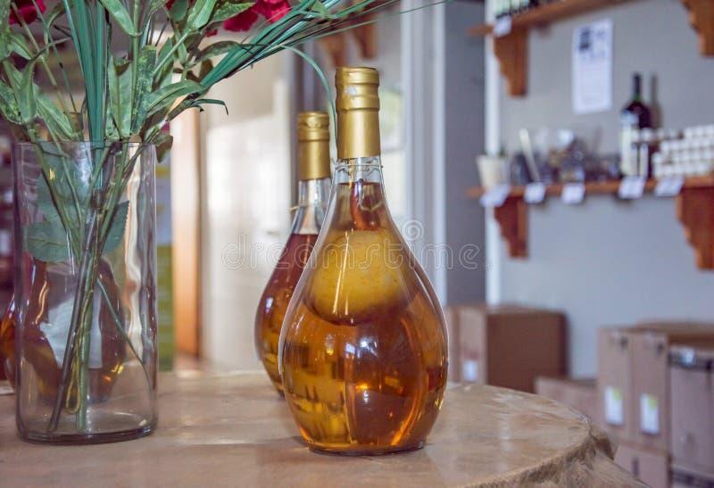 Γύρω από διαμορφωμένο μπουκάλι με το ηδύποτο αχλαδιών στοκ φωτογραφία με δικαίωμα ελεύθερης χρήσης