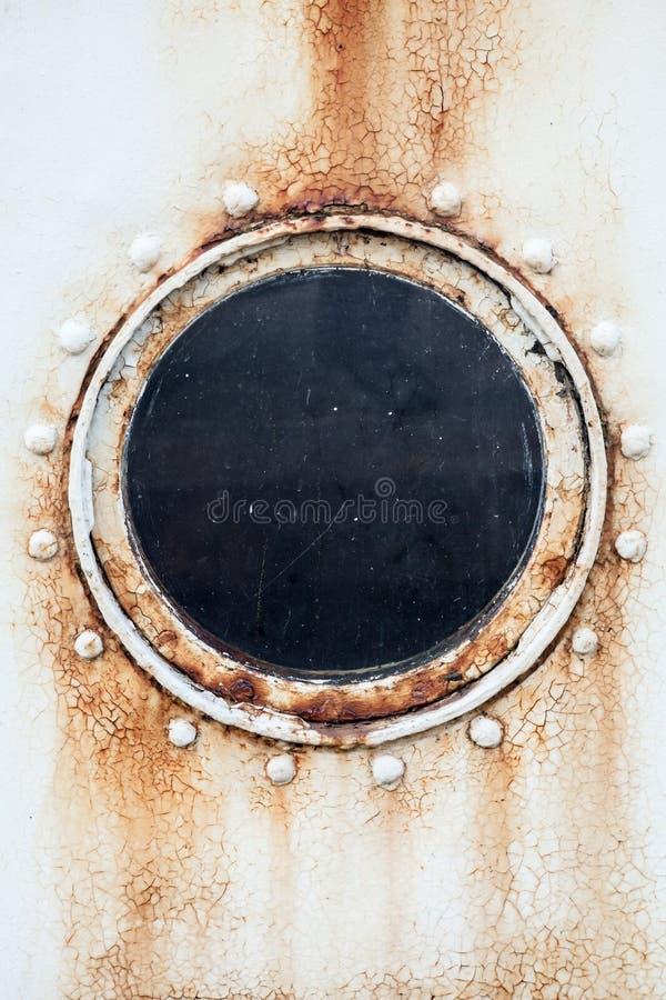 Γύρω από οξυδωμένη παραφωτίδα στον τοίχο σκαφών στοκ φωτογραφία με δικαίωμα ελεύθερης χρήσης