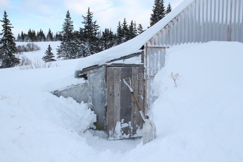 Download γύρω από το χιόνι κοτετσιών &kap Στοκ Εικόνα - εικόνα από albedo, πόρτα: 22796911
