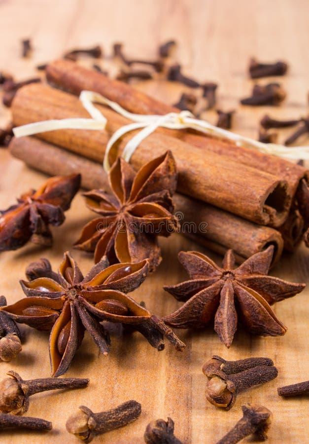 Download Γλυκάνισο αστεριών, ραβδιά κανέλας και γαρίφαλα στον ξύλινο πίνακα, που καρυκεύει για το μαγείρεμα Στοκ Εικόνες - εικόνα από πίνακας, μυρωδιά: 62715624