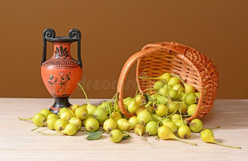 Γλυκά αχλάδια που ανατρέπονται από ένα υφαμένο καλάθι επάνω στοκ φωτογραφίες με δικαίωμα ελεύθερης χρήσης