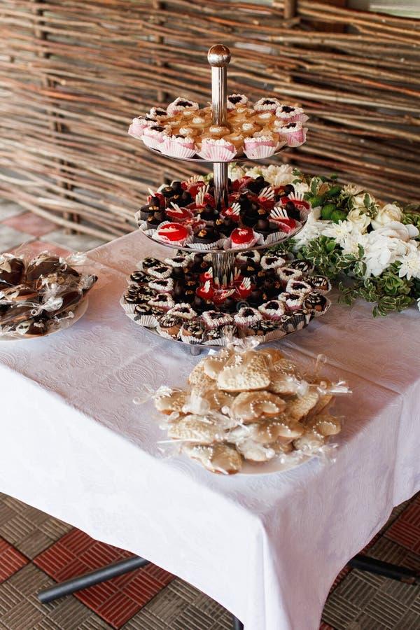 Γλυκά και ζύμη σοκολάτας που εξυπηρετούνται στα βαλμένα σε στρώσεις πιάτα στοκ εικόνες με δικαίωμα ελεύθερης χρήσης