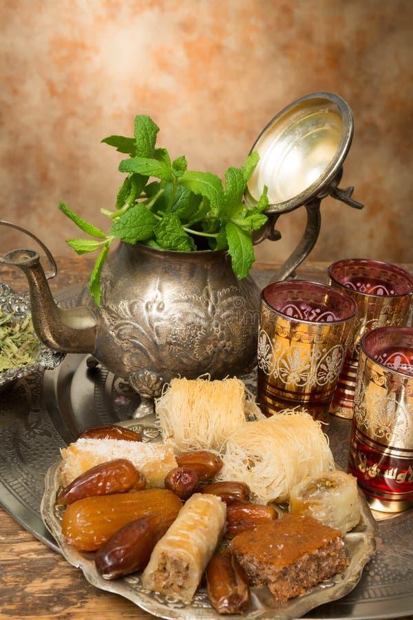 Γλυκά και ημερομηνίες για το τσάι στοκ φωτογραφίες