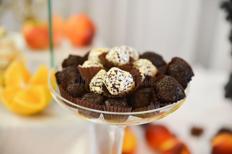 Γλυκά και κέικ που τακτοποιούνται στον πίνακα στοκ εικόνα με δικαίωμα ελεύθερης χρήσης