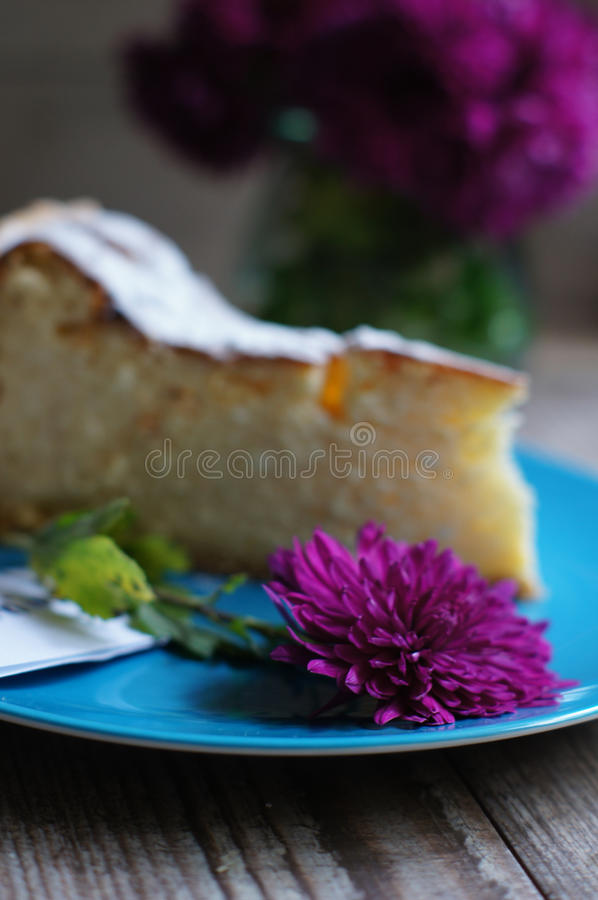 Γλυκά και λουλούδι στοκ εικόνα με δικαίωμα ελεύθερης χρήσης