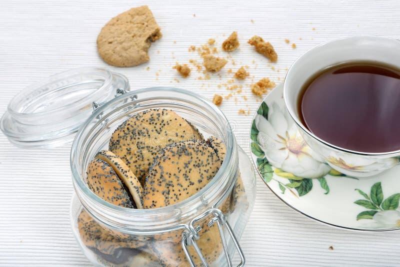 Γλυκά μπισκότα κουλουρακιών σπόρου παπαρουνών με τη μαρμελάδα σε ένα βάζο στοκ εικόνα