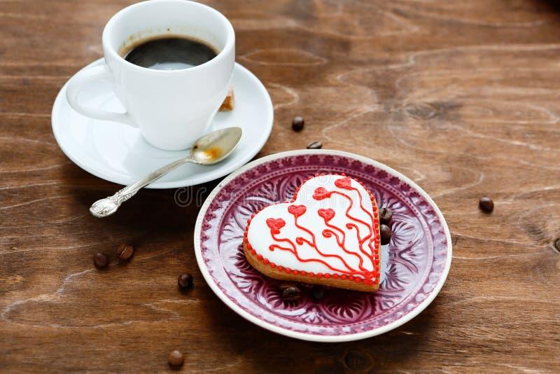 Γλυκά μπισκότα σε ένα πιάτο με τον καφέ στοκ φωτογραφίες