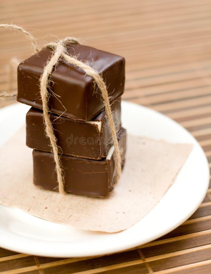 Γλυκά σοκολάτας στο πιάτο στοκ εικόνα