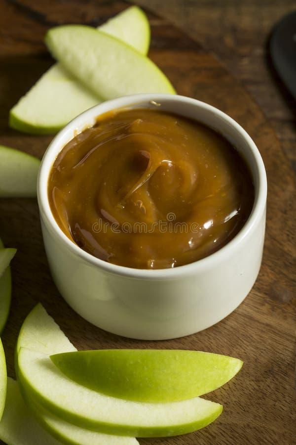 Γλυκιά σπιτική εμβύθιση καραμέλας με τα τεμαχισμένα μήλα στοκ φωτογραφίες