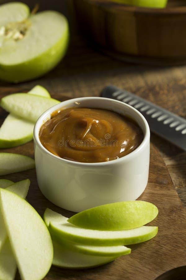 Γλυκιά σπιτική εμβύθιση καραμέλας με τα τεμαχισμένα μήλα στοκ φωτογραφία