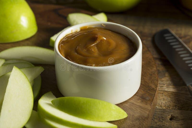 Γλυκιά σπιτική εμβύθιση καραμέλας με τα τεμαχισμένα μήλα στοκ εικόνες
