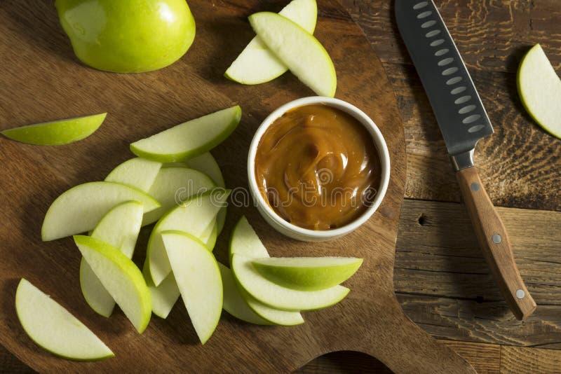 Γλυκιά σπιτική εμβύθιση καραμέλας με τα τεμαχισμένα μήλα στοκ φωτογραφία με δικαίωμα ελεύθερης χρήσης