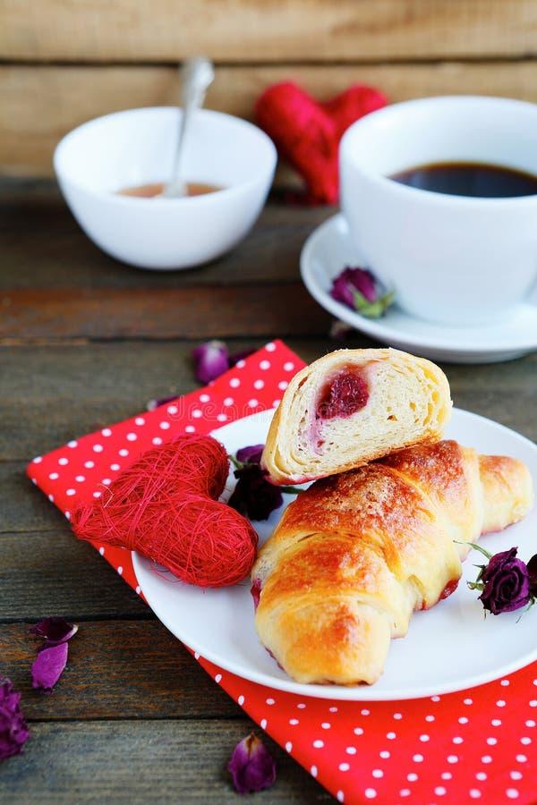 Γλυκοί croissant και καφές για το πρόγευμα στοκ φωτογραφία με δικαίωμα ελεύθερης χρήσης
