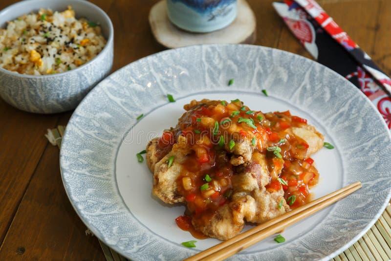 Γλυκόπικρα χοιρινό κρέας και ρύζι στο πιάτο με chopsticks, κουζίνα Chenese στοκ εικόνες με δικαίωμα ελεύθερης χρήσης