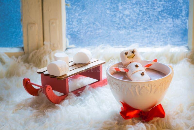 Γλυκός και ευτυχής χιονάνθρωπος για τα Χριστούγεννα στην καυτή σοκολάτα στοκ εικόνα