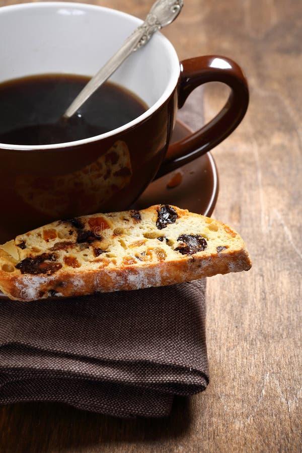 Γλυκός καφές με το biscotti στους πίνακες στοκ φωτογραφία