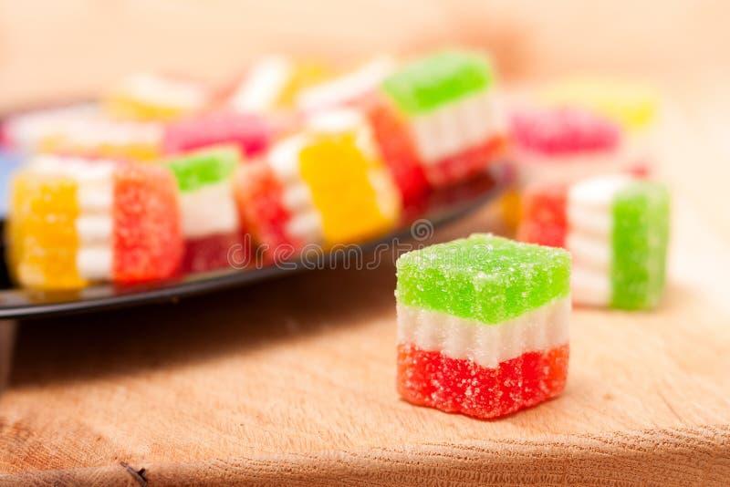 Γλυκό ζελατίνας, φρούτα γεύσης, επιδόρπιο καραμελών ζωηρόχρωμο στο ξύλινο υπόβαθρο στοκ φωτογραφία