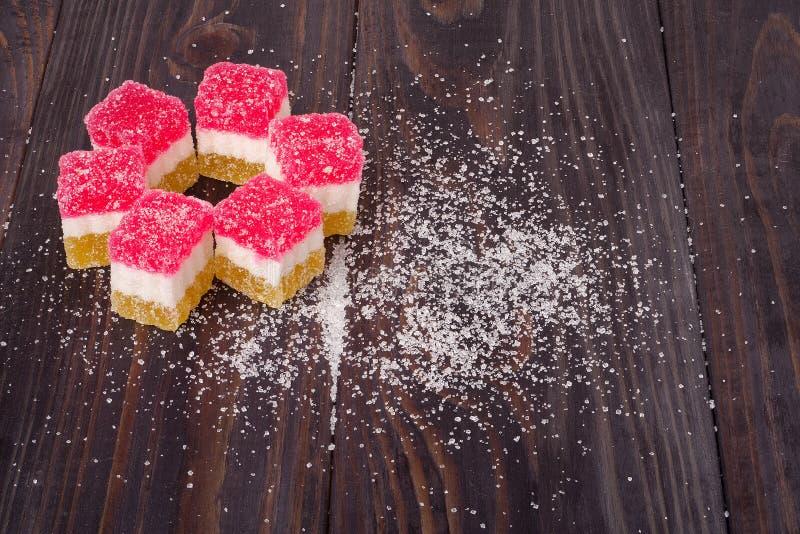 Γλυκό ζελατίνας, φρούτα γεύσης, επιδόρπιο καραμελών ζωηρόχρωμο στο ξύλινο υπόβαθρο στοκ εικόνες με δικαίωμα ελεύθερης χρήσης