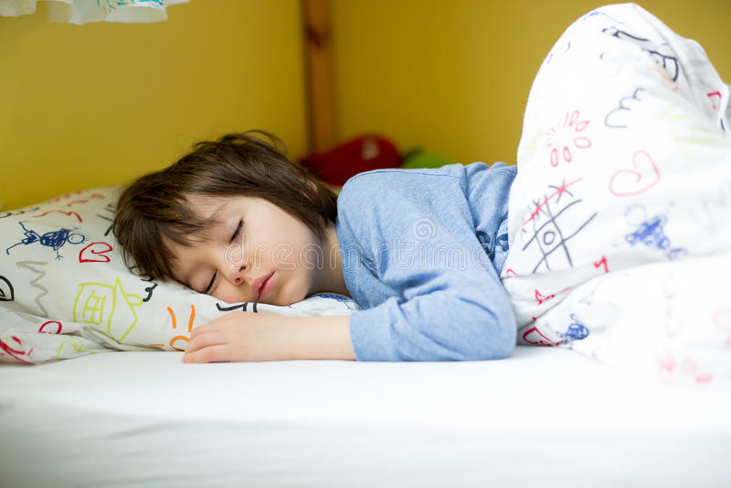 Γλυκό μικρό παιδί, που κοιμάται στο σπίτι το πρωί στοκ φωτογραφία με δικαίωμα ελεύθερης χρήσης