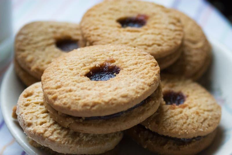 Γλυκό μπισκότο στο άσπρο υπόβαθρο στοκ εικόνες