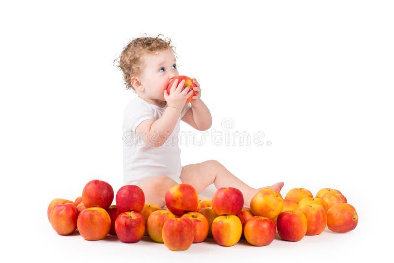 Γλυκό μωρό που τρώει ένα κόκκινο μήλο στοκ φωτογραφίες με δικαίωμα ελεύθερης χρήσης