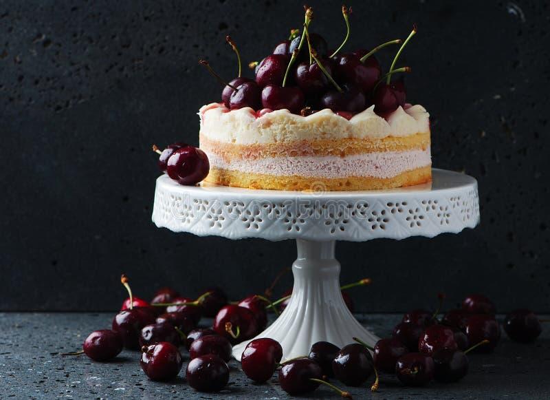 Γλυκό σπιτικό κέικ με το κεράσι στοκ εικόνες με δικαίωμα ελεύθερης χρήσης