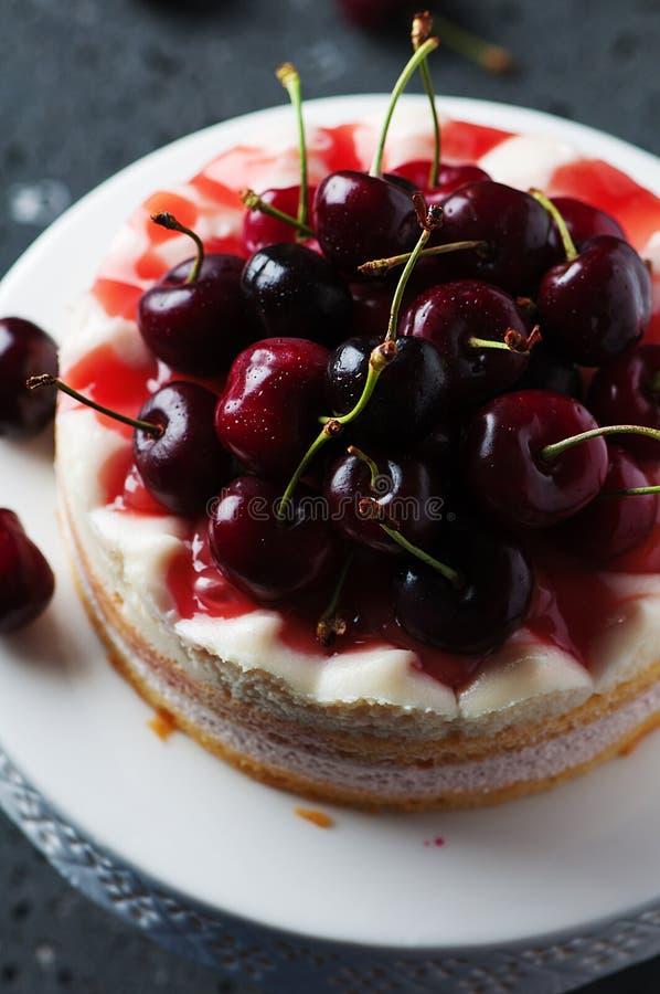 Γλυκό σπιτικό κέικ με το κεράσι στοκ εικόνες