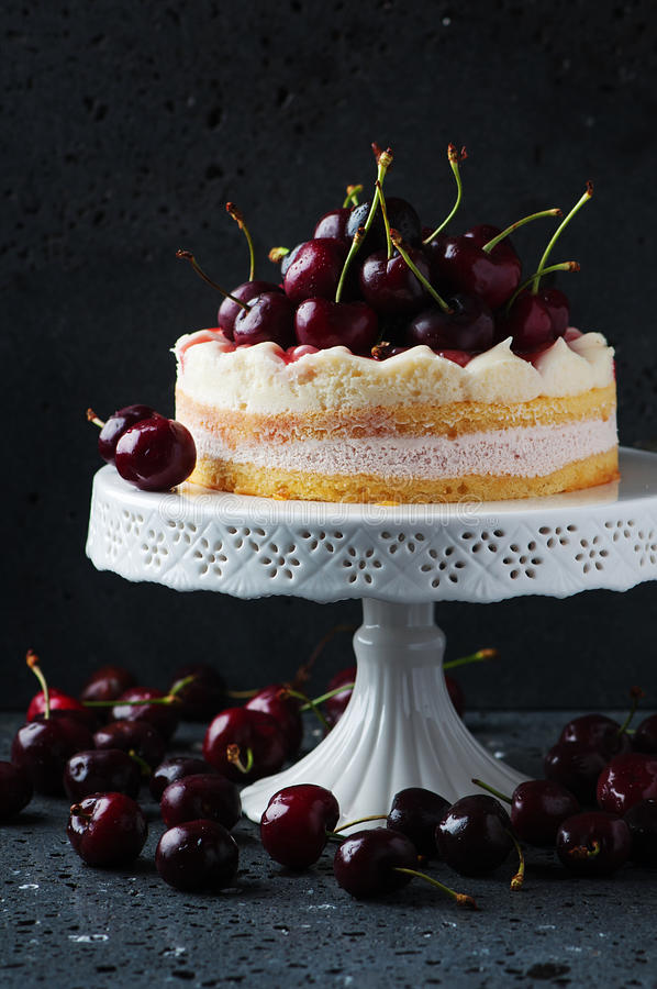 Γλυκό σπιτικό κέικ με το κεράσι στοκ φωτογραφία