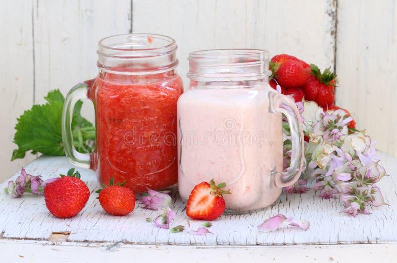γλυκό φραουλών επιδορπί&o Επιδόρπιο φραουλών με τα φρέσκα μούρα και το Υ στοκ εικόνες με δικαίωμα ελεύθερης χρήσης