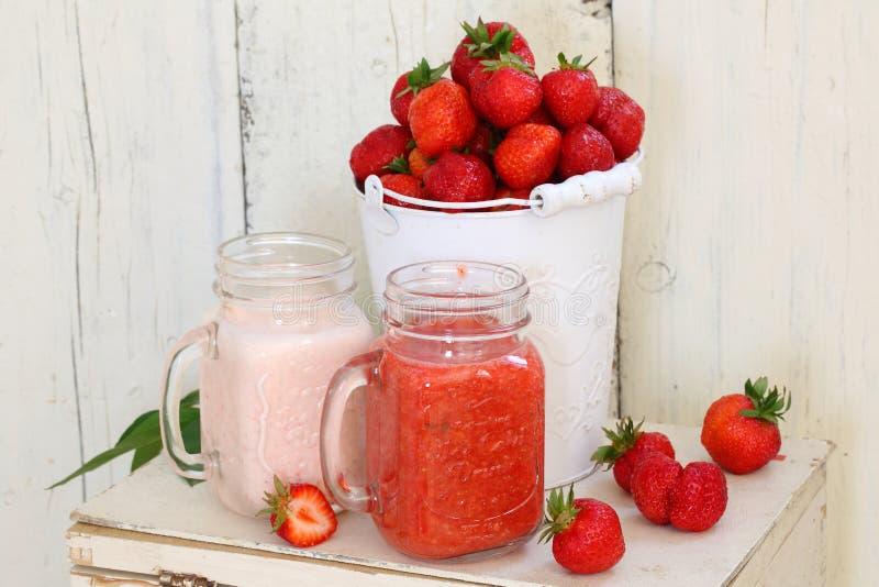 γλυκό φραουλών επιδορπί&o Επιδόρπιο φραουλών με τα φρέσκα μούρα και το Υ στοκ εικόνα με δικαίωμα ελεύθερης χρήσης