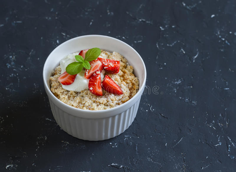 Γλυκό casserole ricotta με τη φράουλα και την κρέμα στοκ φωτογραφίες με δικαίωμα ελεύθερης χρήσης