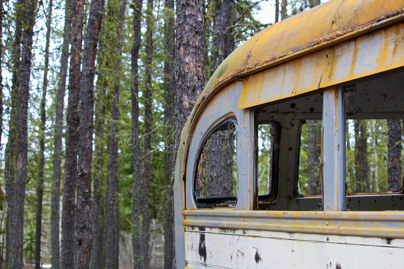 Γδυμένο εγκαταλειμμένο λεωφορείο σε ένα στρατόπεδο κυνηγών στο έδαφος κορωνών στοκ φωτογραφίες