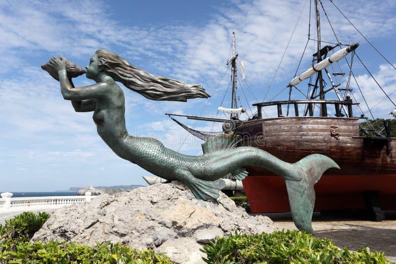 Γλυπτό γοργόνων στο ιστορικό πλέοντας σκάφος στοκ φωτογραφία με δικαίωμα ελεύθερης χρήσης