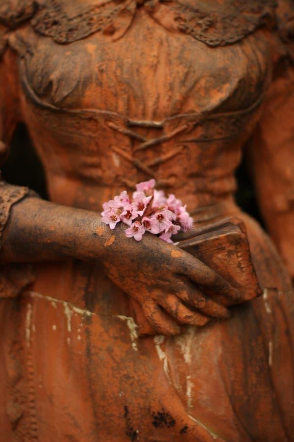 Γλυπτό μιας γυναίκας με τα λουλούδια στοκ φωτογραφίες με δικαίωμα ελεύθερης χρήσης