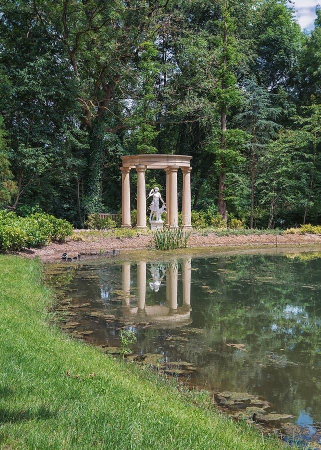 Γλυπτό της Artemis στον αγγλικό κήπο στοκ φωτογραφίες