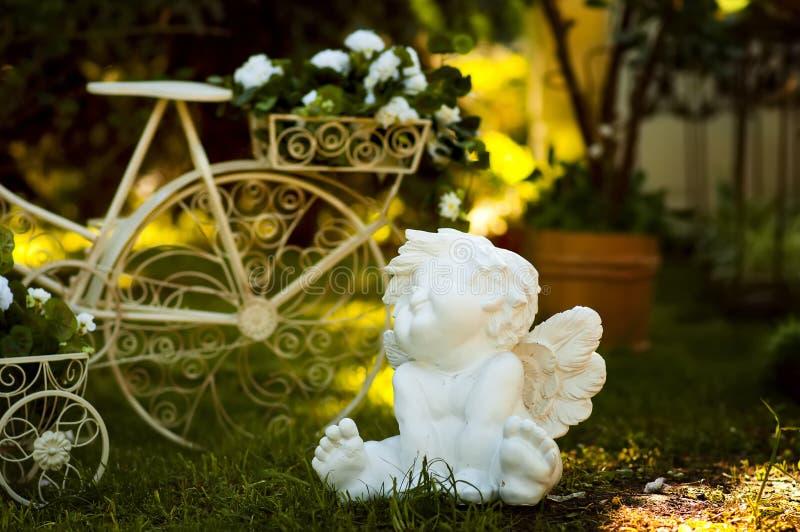Γλυπτό του άσπρου αγγέλου στον κήπο. στοκ εικόνες με δικαίωμα ελεύθερης χρήσης