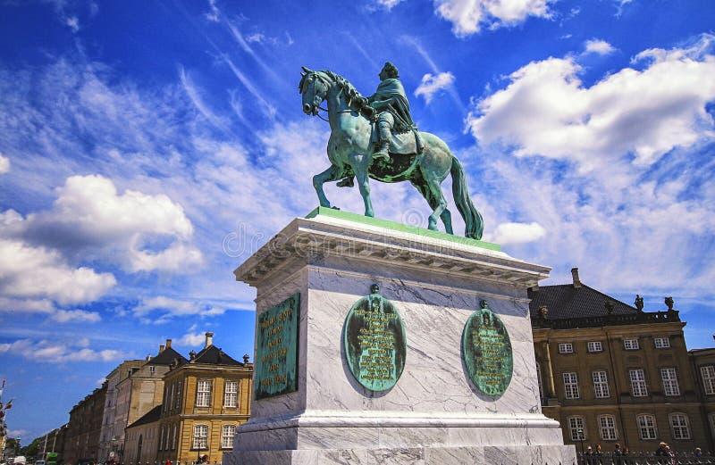 Γλυπτό του Frederik V στην πλατεία Amalienborg στην Κοπεγχάγη, Δανία στοκ εικόνες