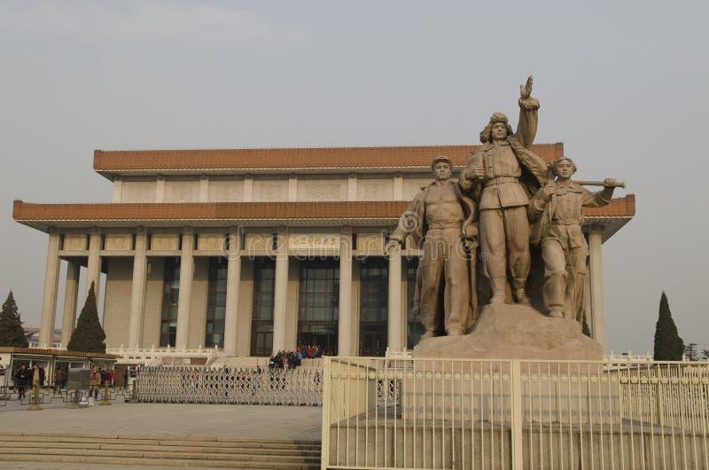 Γλυπτό των στρατιωτών που παλεύουν στην είσοδο στο μαυσωλείο Mao Zedong στο πλατεία Tiananmen στο Πεκίνο Κίνα στοκ εικόνα