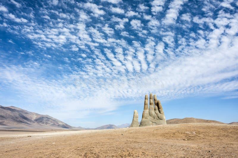 Γλυπτό χεριών, το σύμβολο της ερήμου Atacama στη Χιλή στοκ εικόνα