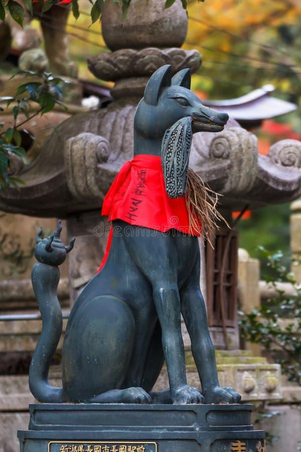 Γλυπτό Kitsune στη λάρνακα inari-Taisha Fushimi στο Κιότο στοκ φωτογραφία με δικαίωμα ελεύθερης χρήσης