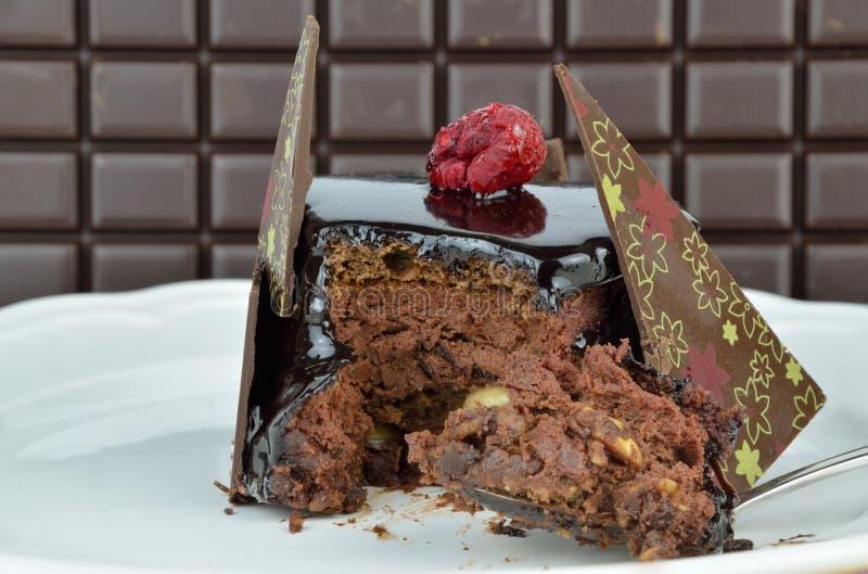 Δάγκωμα του εύγευστου κέικ σοκολάτας στοκ φωτογραφίες