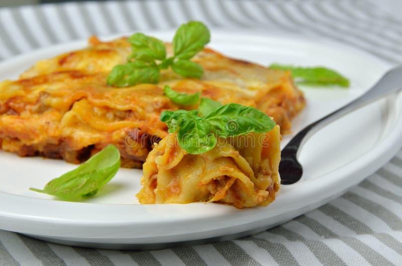 Δάγκωμα Lasagna σε ένα δίκρανο στοκ εικόνα
