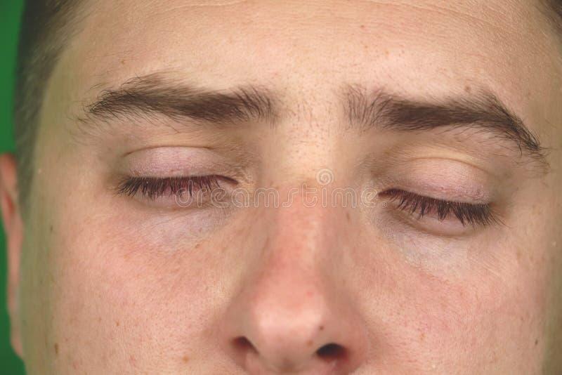 Δάκρυα στα μάτια του φωνάζοντας ενήλικου ατόμου Πράσινη ανασκόπηση chromakey στοκ φωτογραφία με δικαίωμα ελεύθερης χρήσης