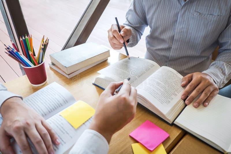 Δάσκαλος, εκμάθηση, εκπαίδευση, ομάδα εφήβου που μαθαίνει μελετώντας το νέο μάθημα στη γνώση στη βιβλιοθήκη κατά τη διάρκεια της  στοκ φωτογραφίες με δικαίωμα ελεύθερης χρήσης