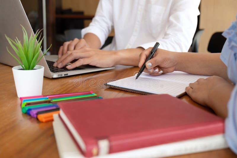 Δάσκαλος, εκμάθηση, εκπαίδευση, ομάδα νέων που μαθαίνουν μελετώντας το μάθημα στη βιβλιοθήκη κατά τη διάρκεια της βοήθειας της εκ στοκ εικόνες